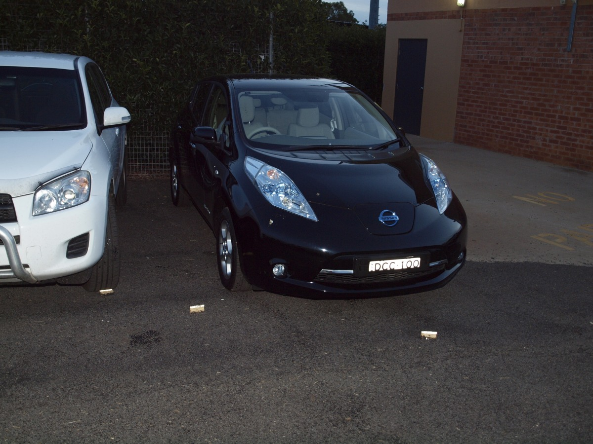 leaf the zero emission 100 electric car from nissan. Black Bedroom Furniture Sets. Home Design Ideas